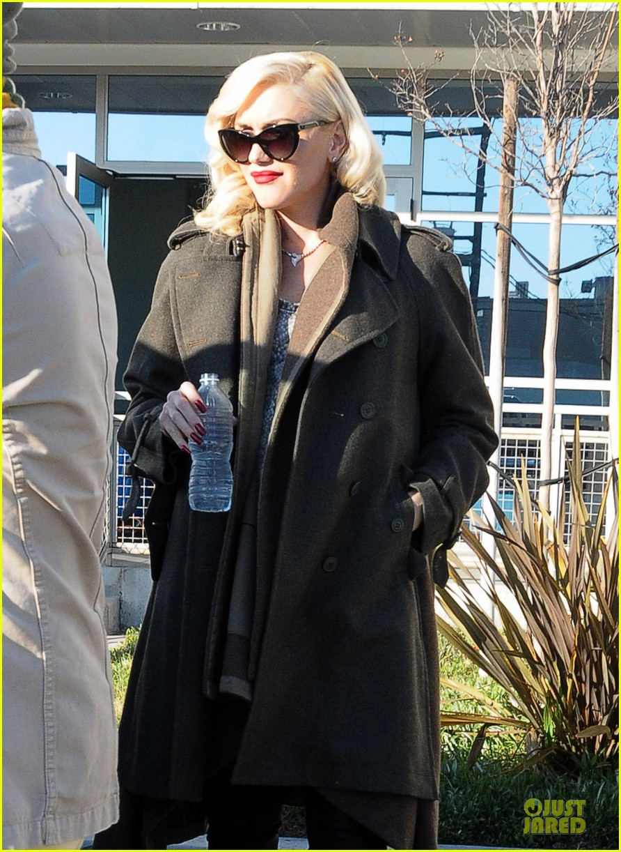 gwen stefani hides baby bump with wool coat 183015738