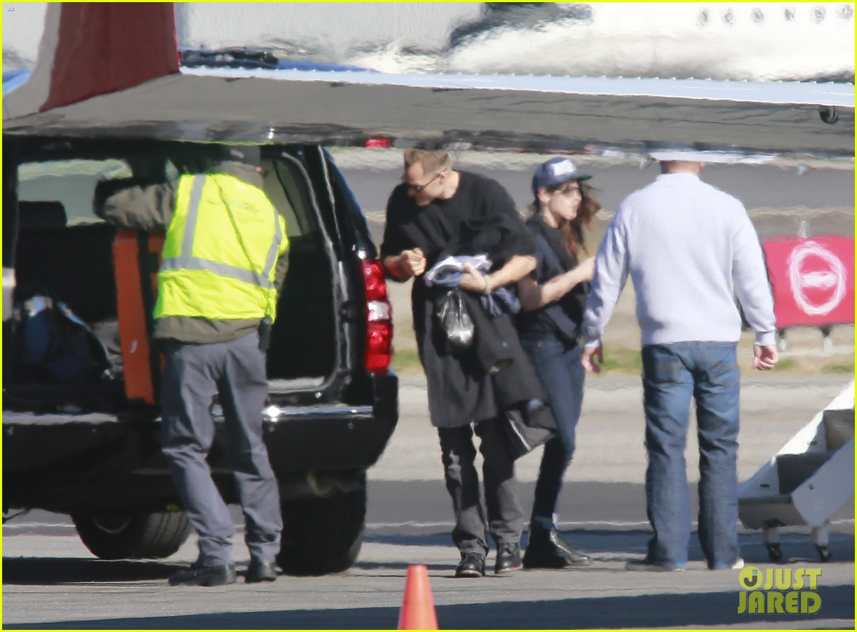 kristen stewart catches a flight out of van nuys airport 083008458
