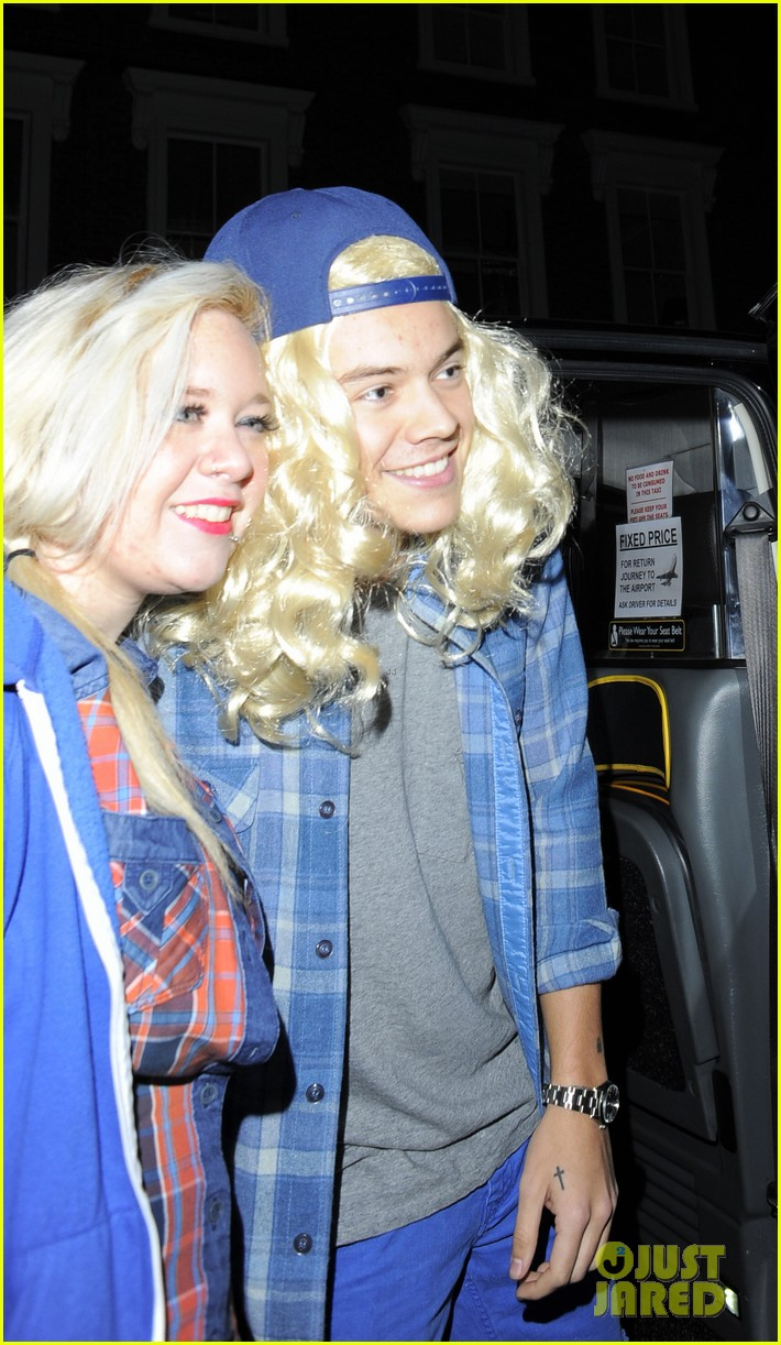 harry styles wears blonde wig elephant head at nightclub 043002897