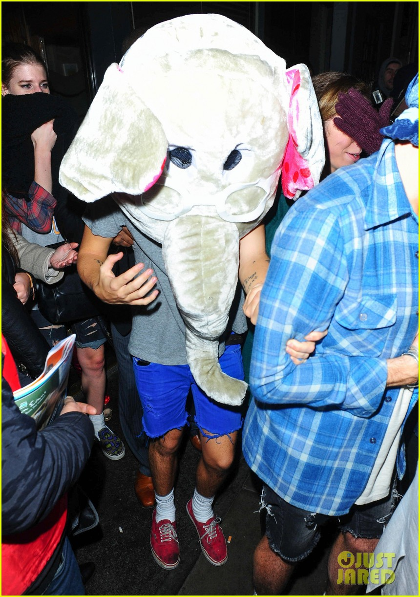 harry styles wears blonde wig elephant head at nightclub 083002901