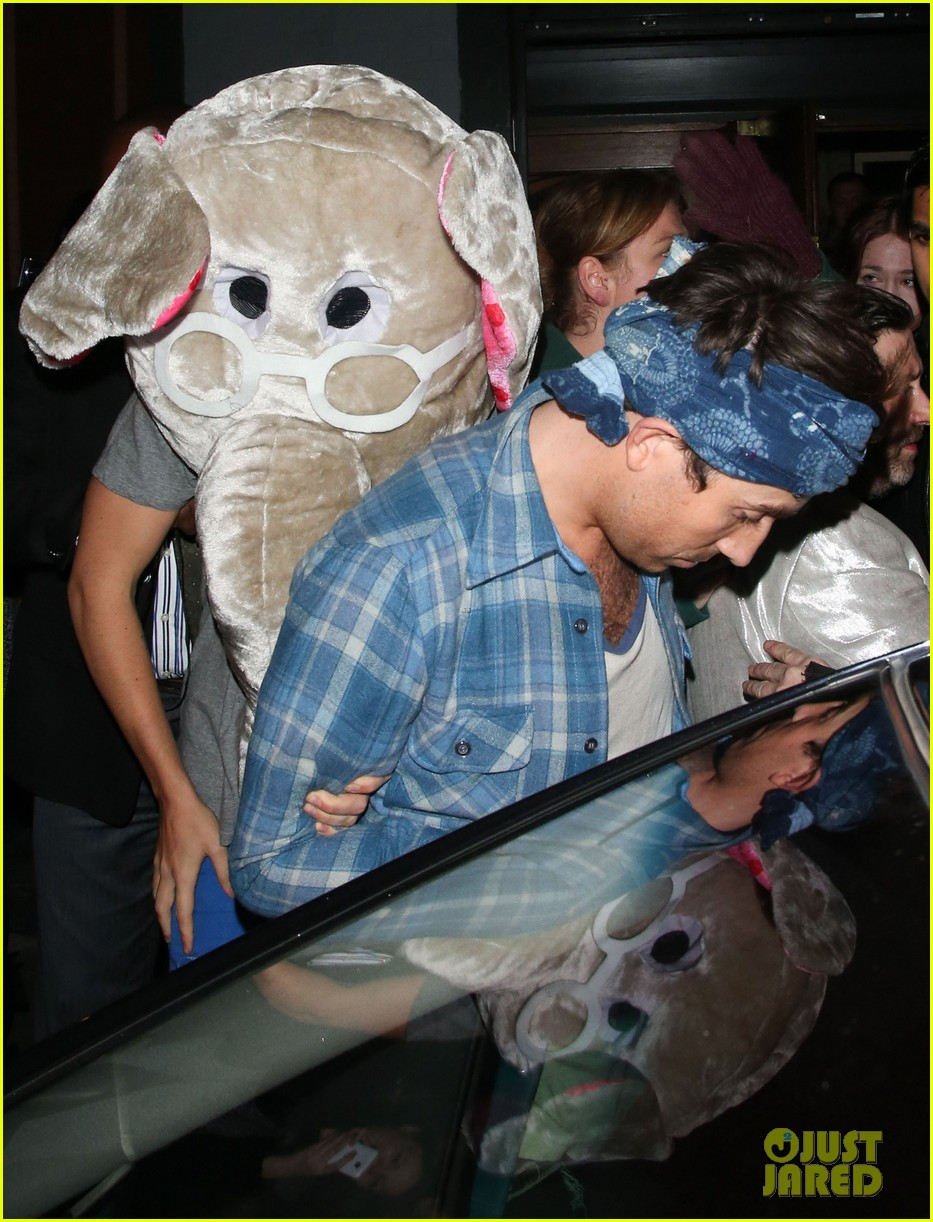 harry styles wears blonde wig elephant head at nightclub 093002902