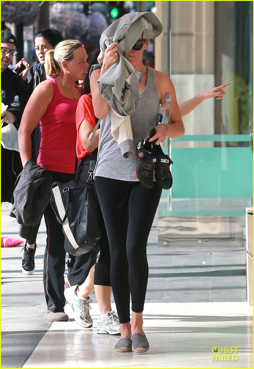 charlize theron workout after nelson mandela memorial 143012470