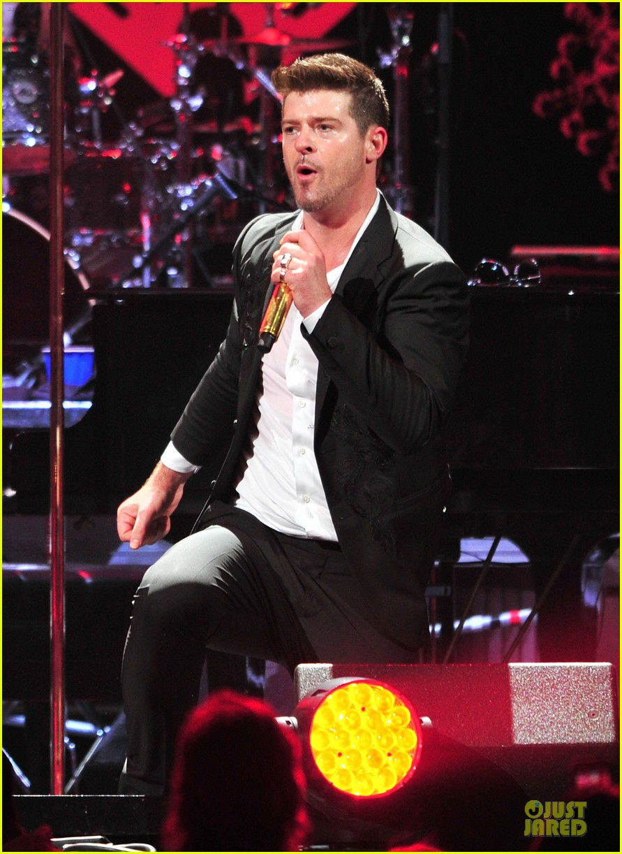 robin thicke enrique iglesias 1061 kiss fm jingle ball 21