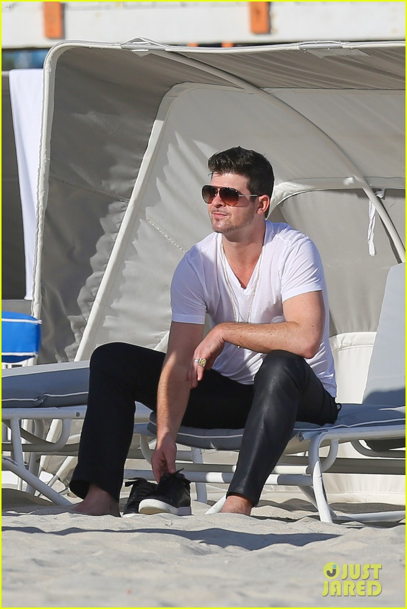 robin thicke supports the hrc love conquers hate campaign 083015181