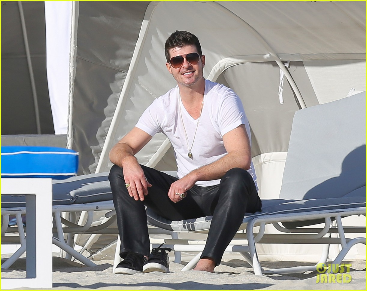 robin thicke supports the hrc love conquers hate campaign 113015184