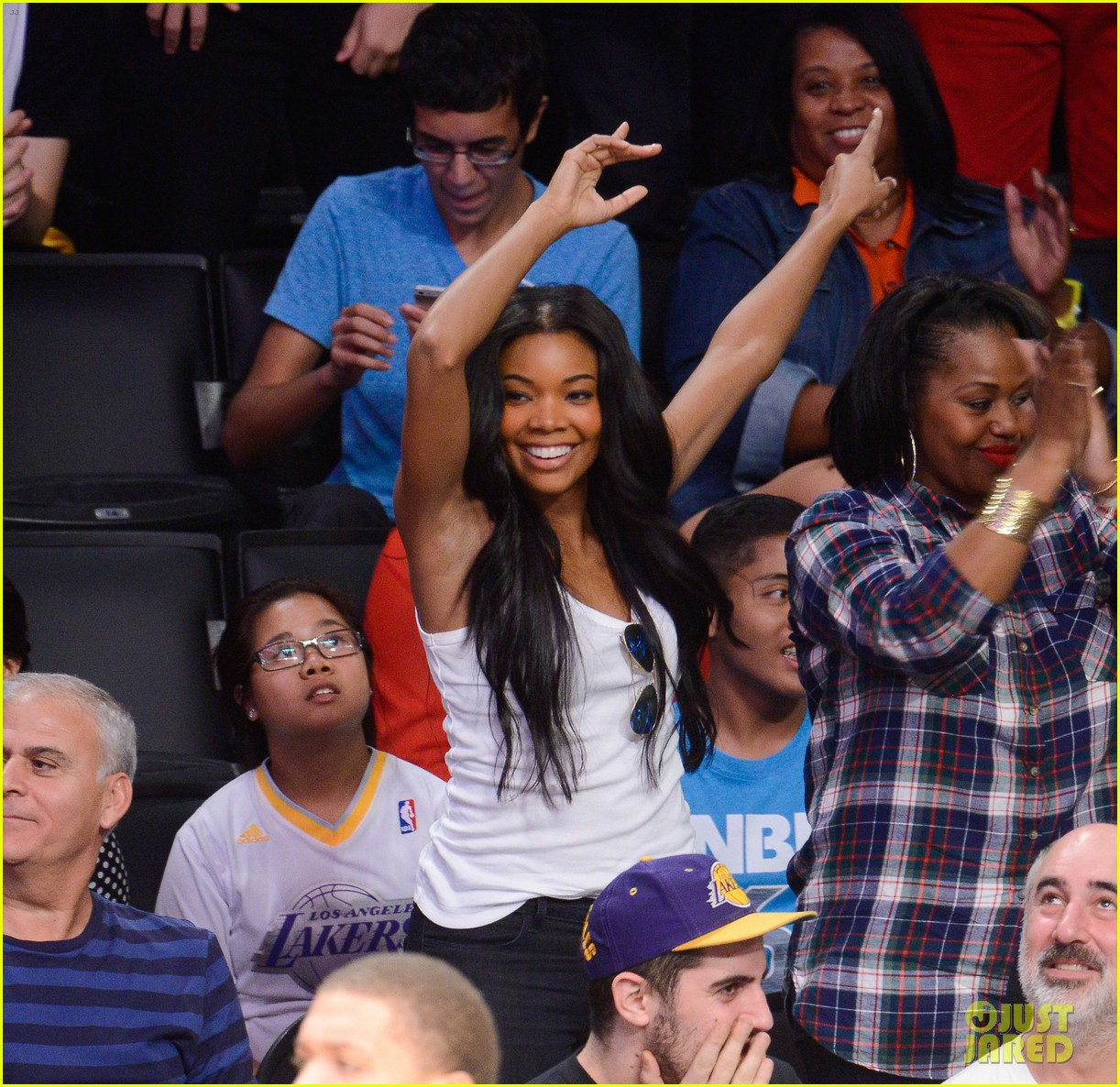 gabrielle union cheers on fiance dwyane wade at heat game 023017713