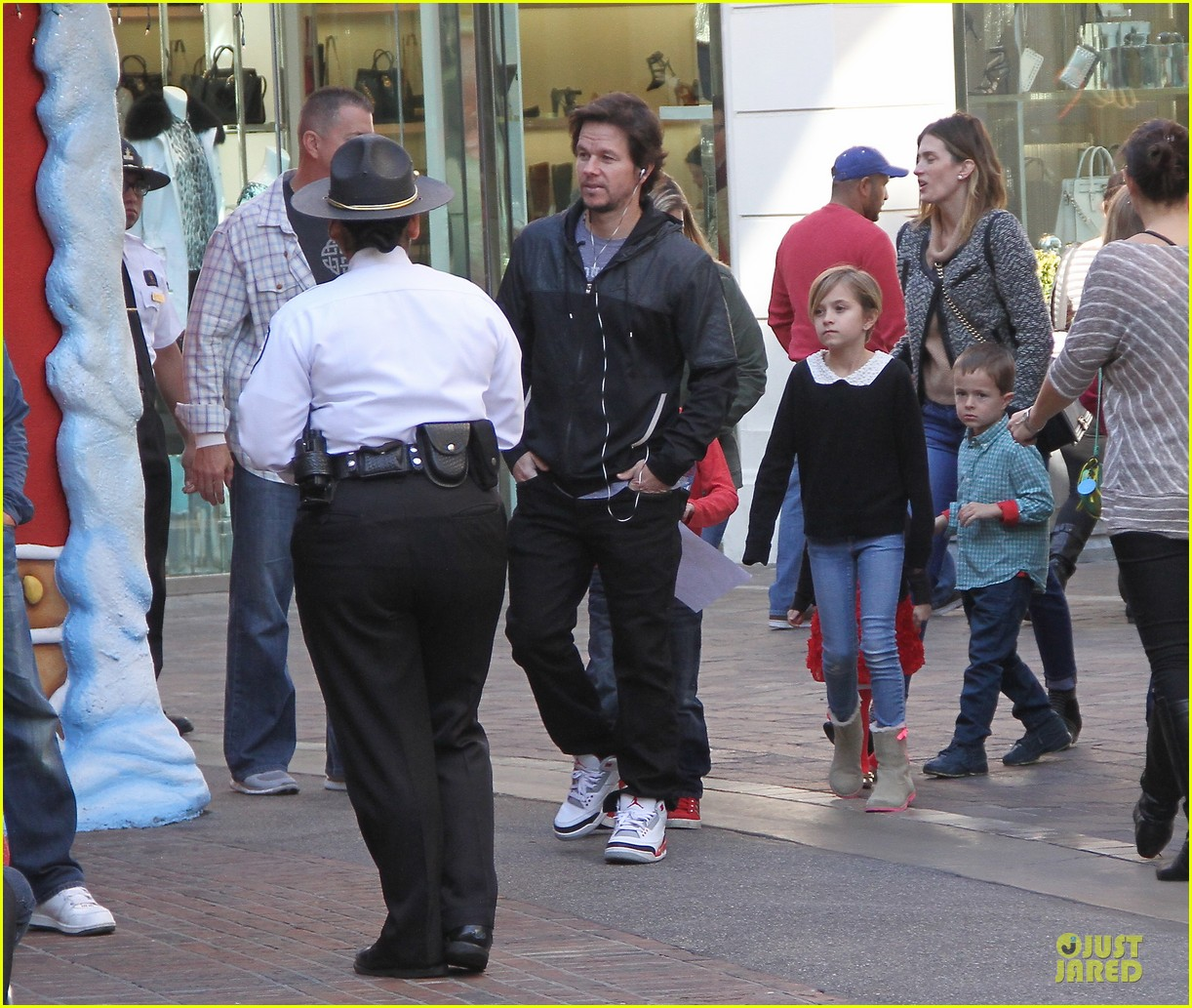 mark wahlberg rhea durham santa claus booth with the kids 013015814