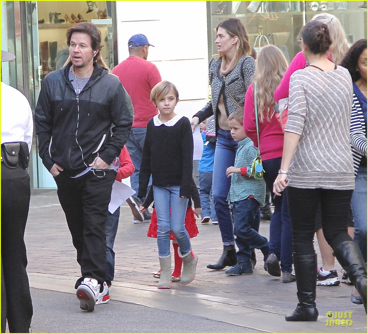 mark wahlberg rhea durham santa claus booth with the kids 033015816