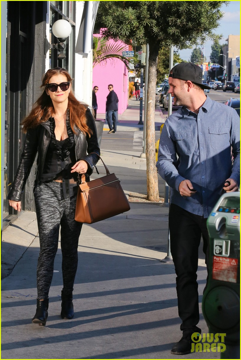 kate walsh shops for holiday presents on melrose 093006274