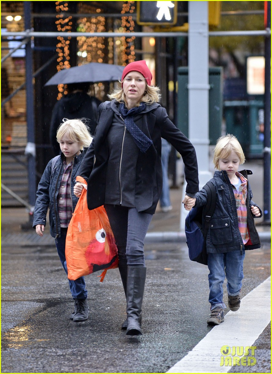 naomi watts walks in the rain with sasha samuel 023006447