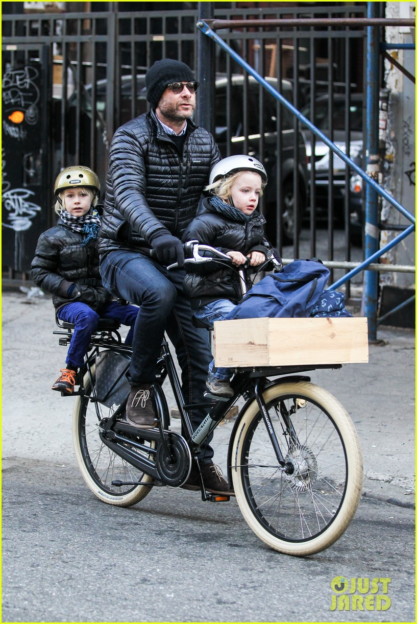 naomi watts takes subway while her boys bike to school 013004256