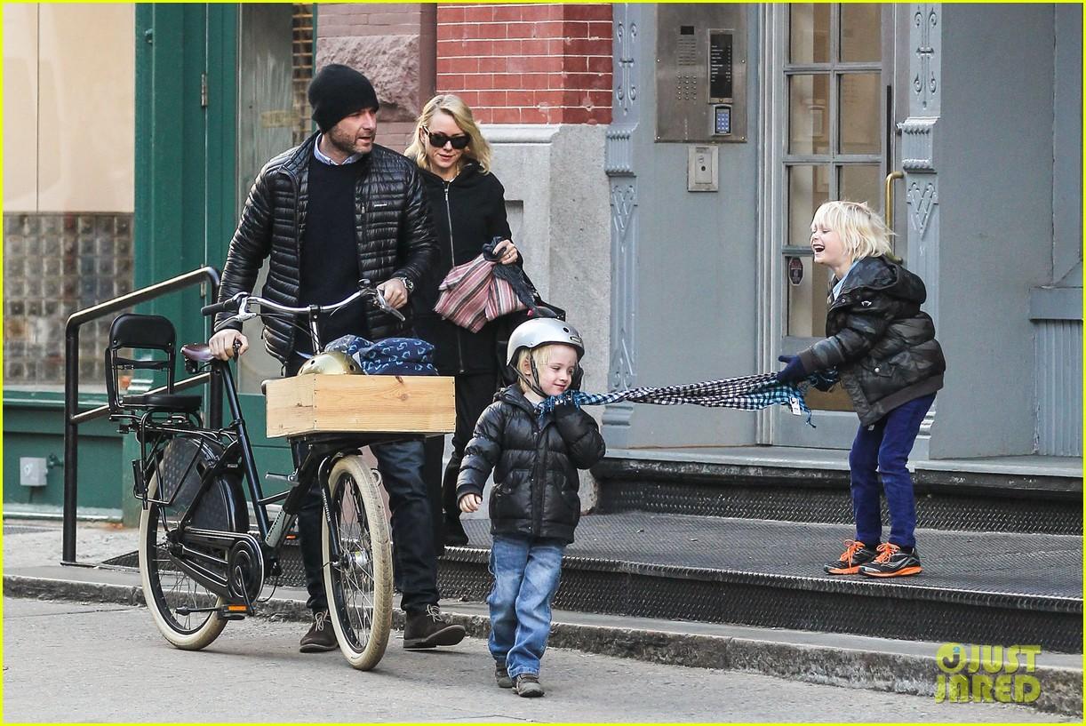 naomi watts takes subway while her boys bike to school 043004259