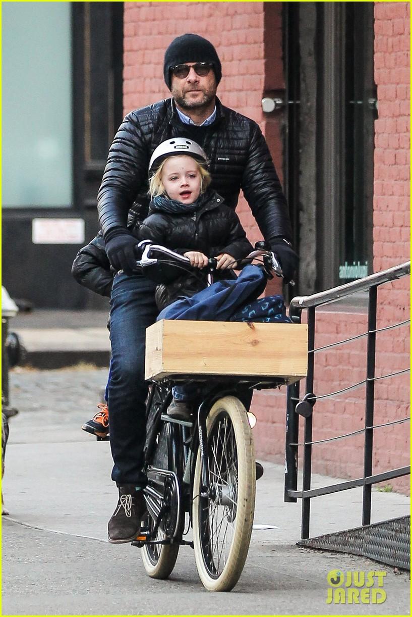 naomi watts takes subway while her boys bike to school 093004264