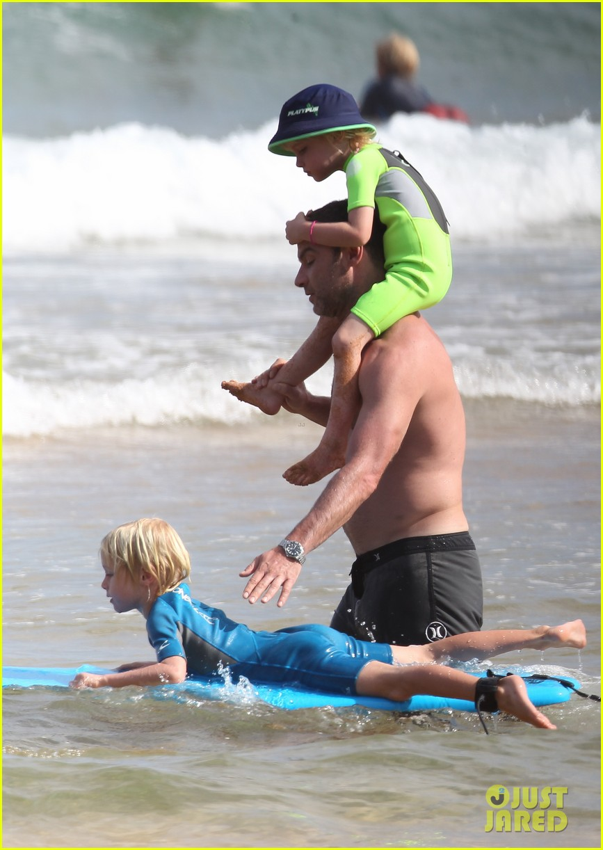 naomi watts sunbathes liev schreiber swims shirtless 123015401