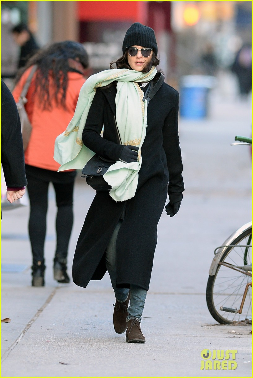 rachel weisz snaps iphone pictures in frigid nyc morning 013011339