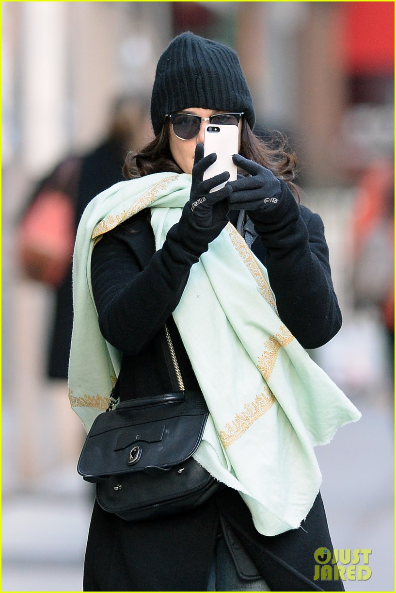 rachel weisz snaps iphone pictures in frigid nyc morning 043011342