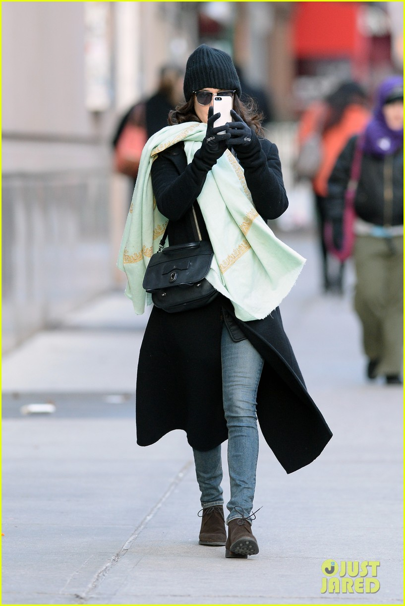 rachel weisz snaps iphone pictures in frigid nyc morning 123011350