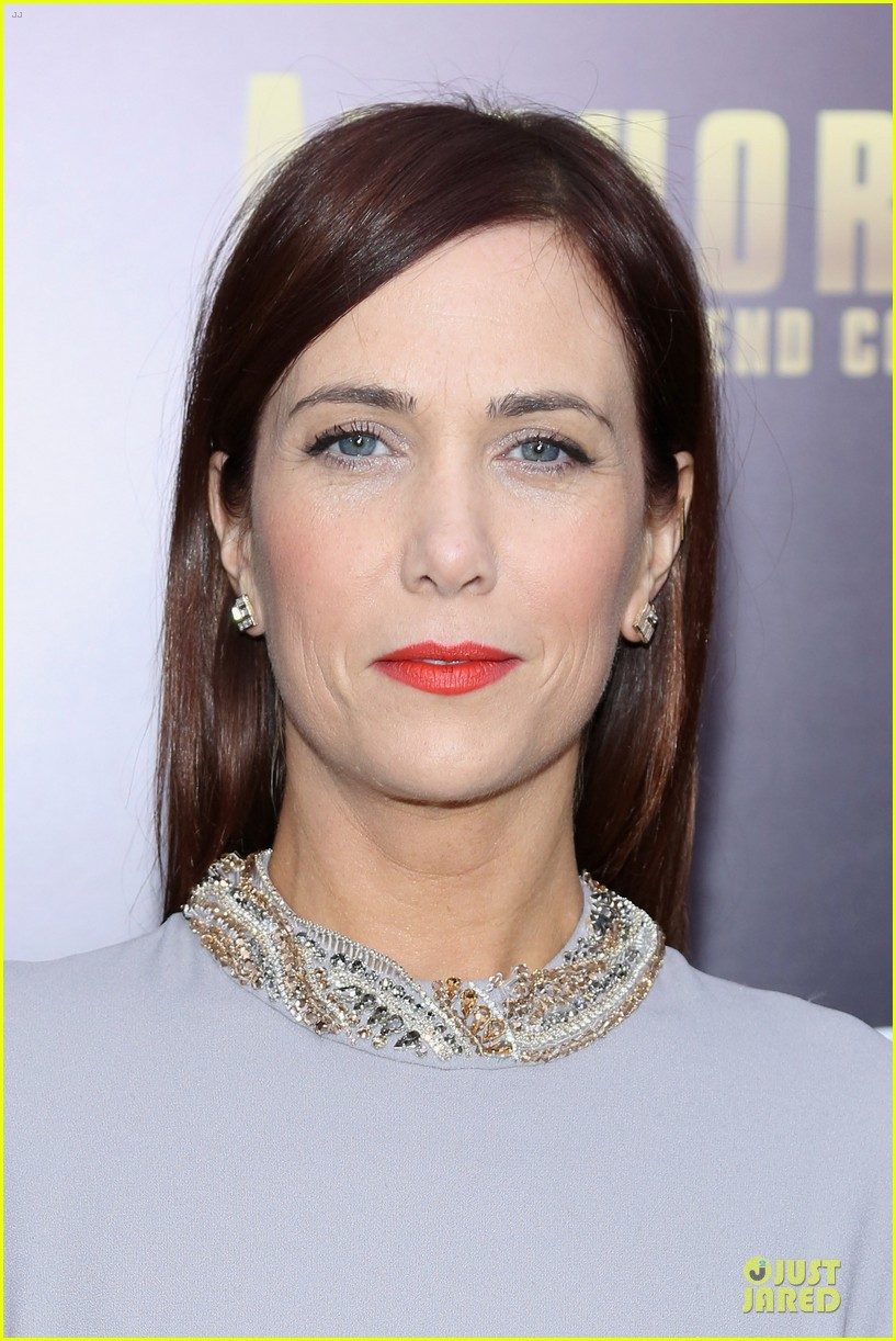 kristen wiig christina applegate anchorman 2 nyc premiere 023012601