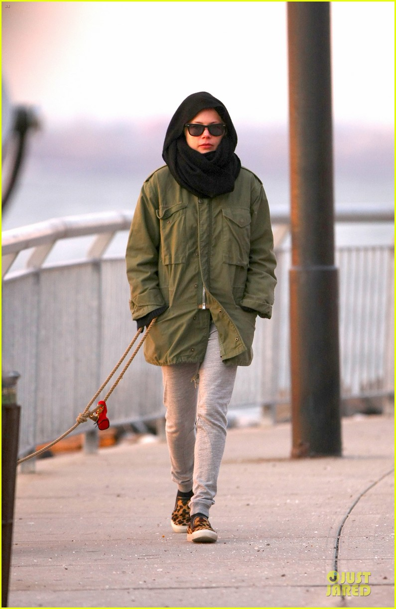 michelle williams departs lax for cold nyc 013010348