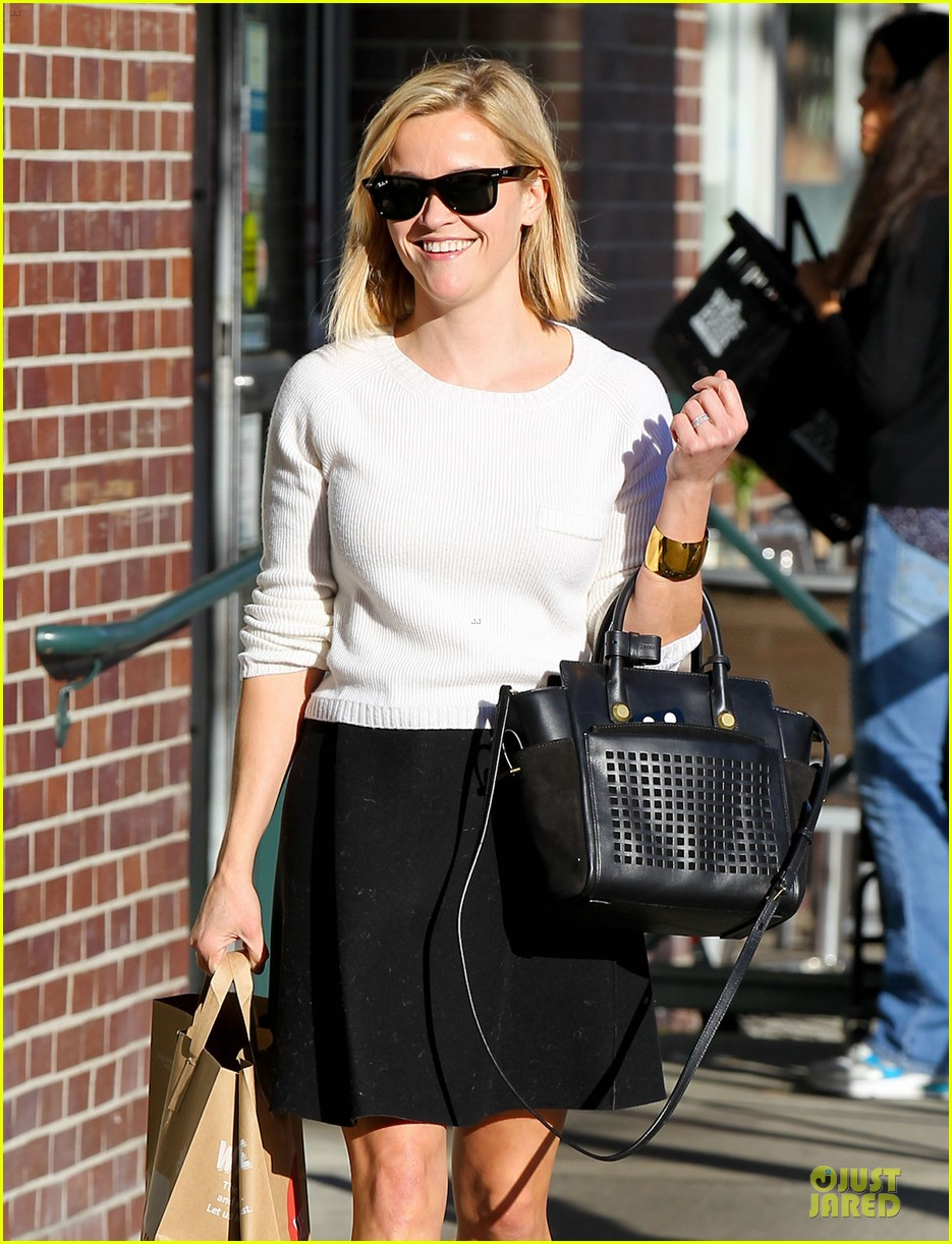 reese witherspoon grocery run after morning workout 02