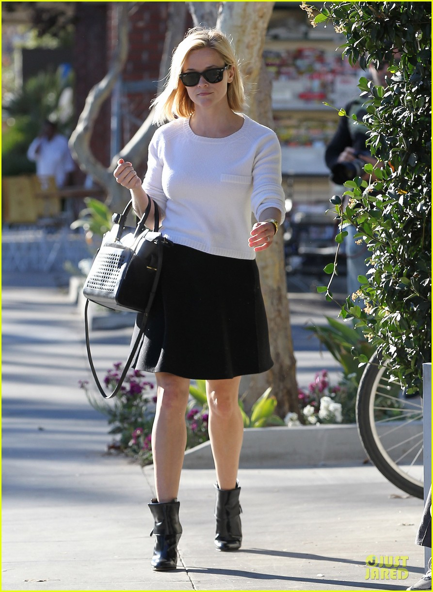 reese witherspoon grocery run after morning workout 033010357