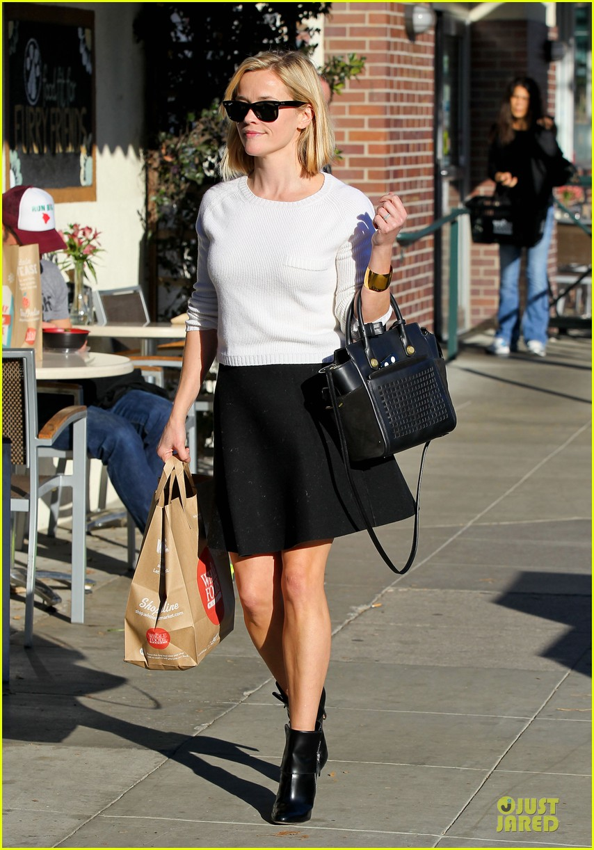 reese witherspoon grocery run after morning workout 053010359