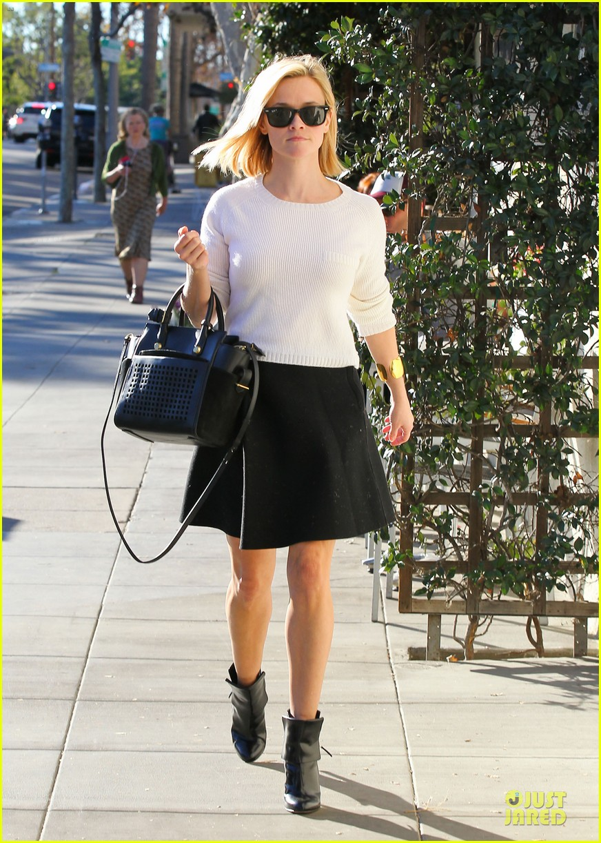 reese witherspoon grocery run after morning workout 063010360