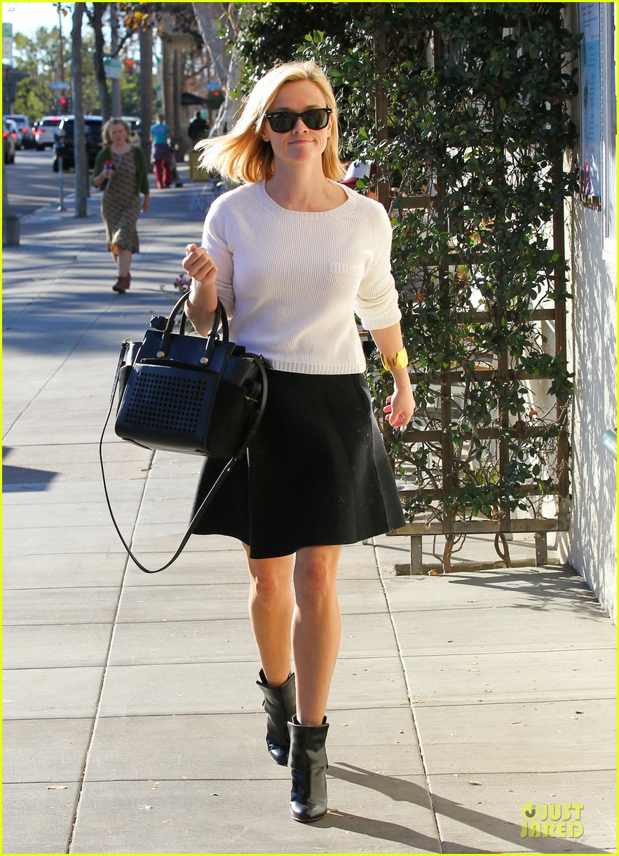 reese witherspoon grocery run after morning workout 083010362