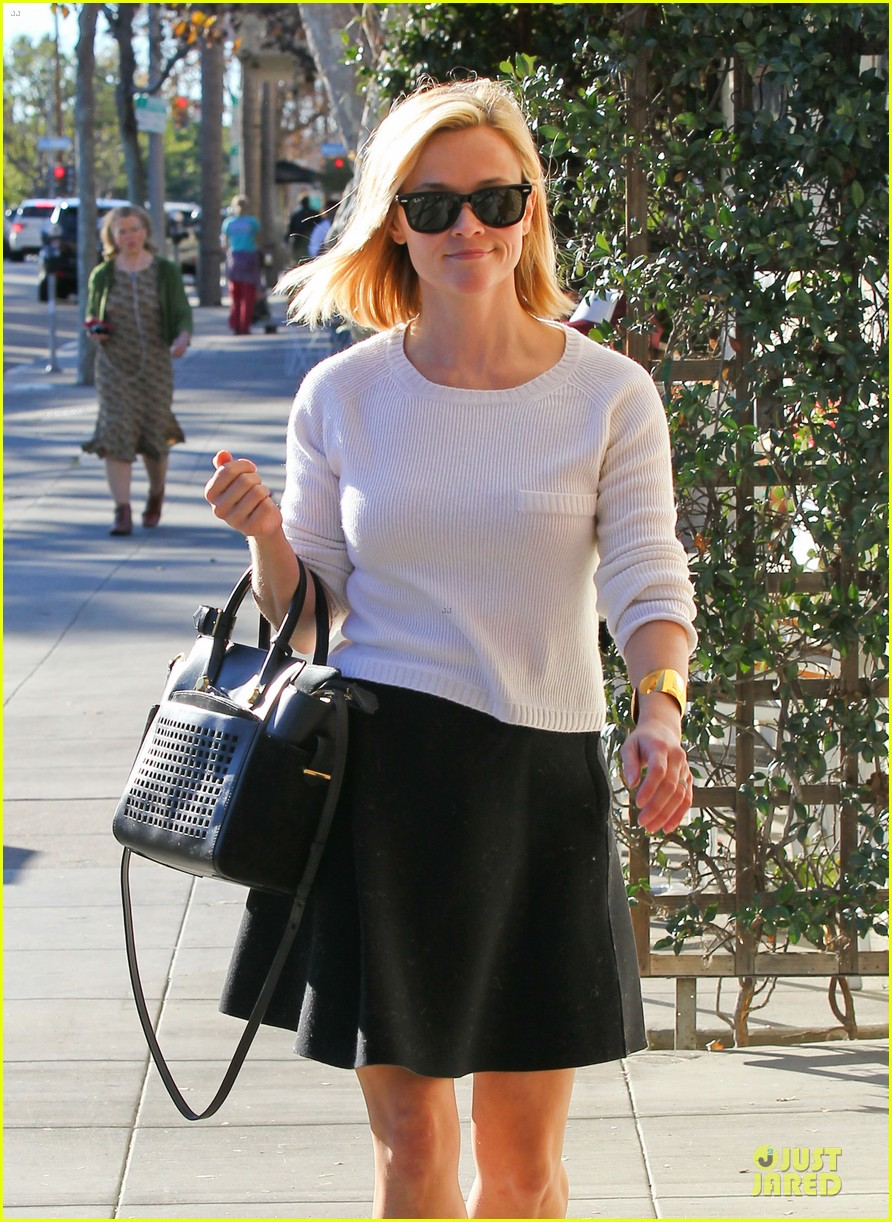 reese witherspoon grocery run after morning workout 09