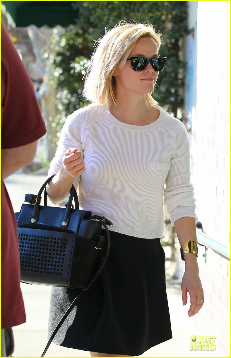 reese witherspoon grocery run after morning workout 10