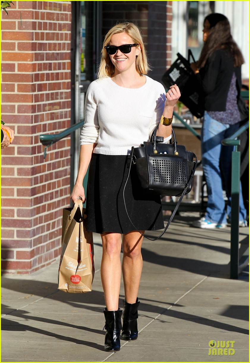 reese witherspoon grocery run after morning workout 133010367