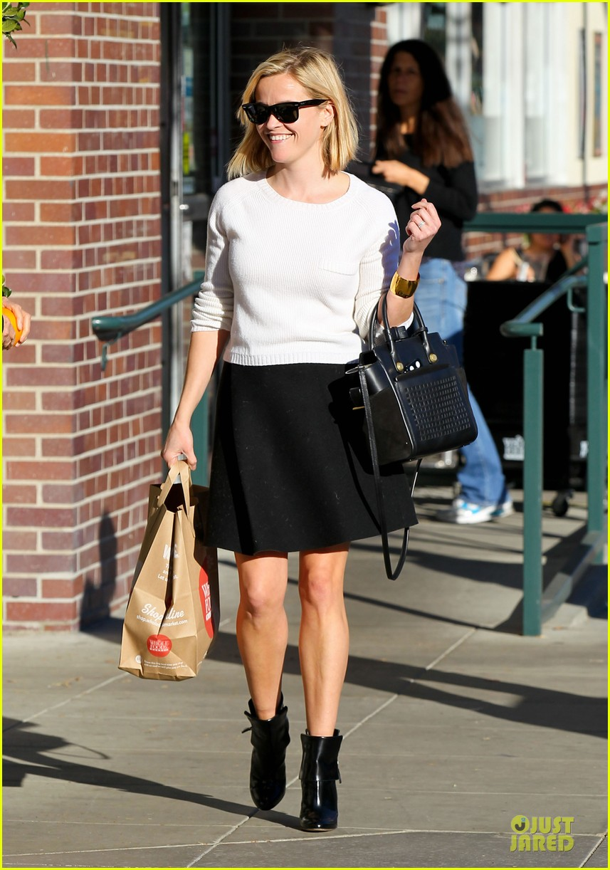 reese witherspoon grocery run after morning workout 143010368