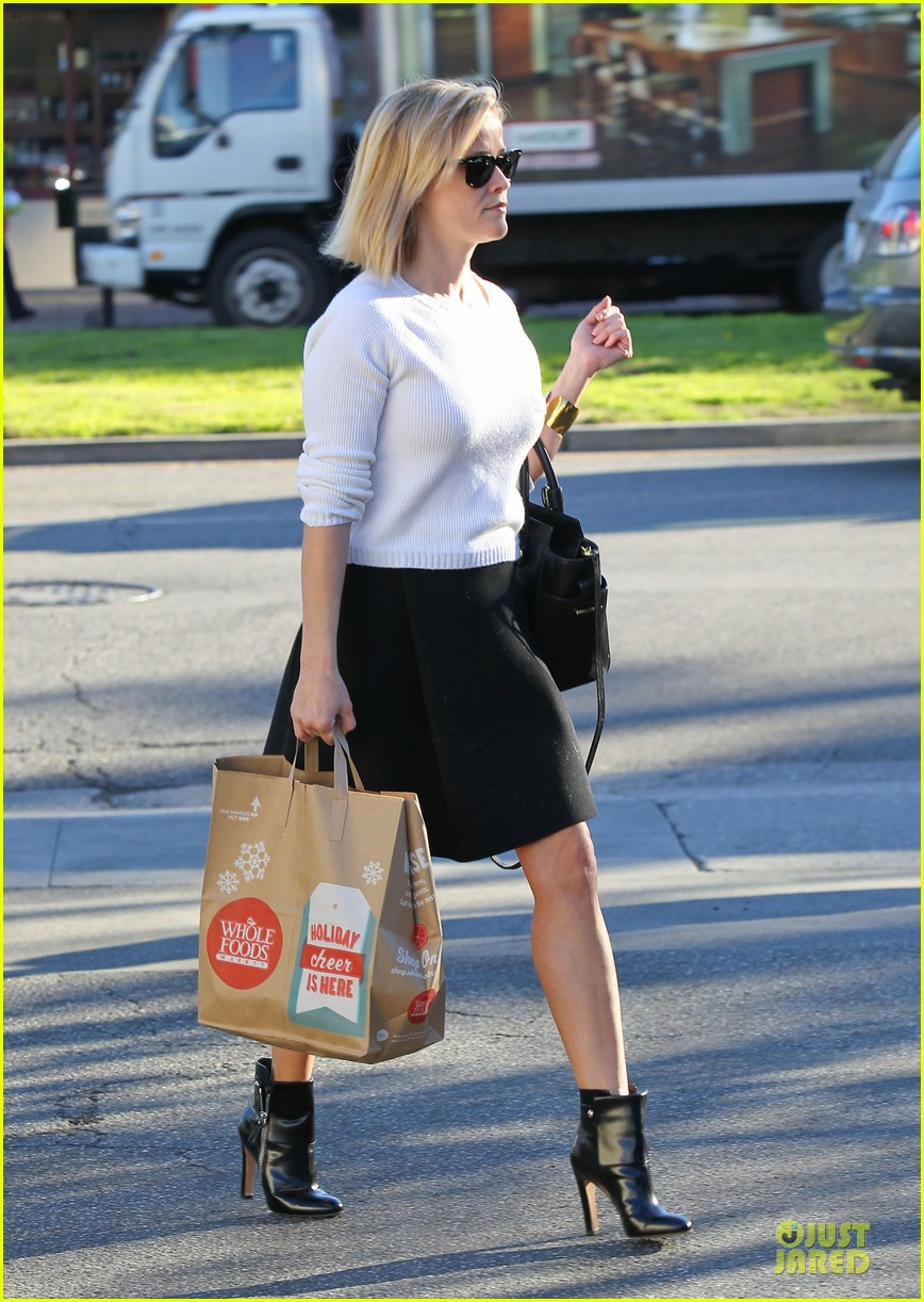 reese witherspoon grocery run after morning workout 173010371