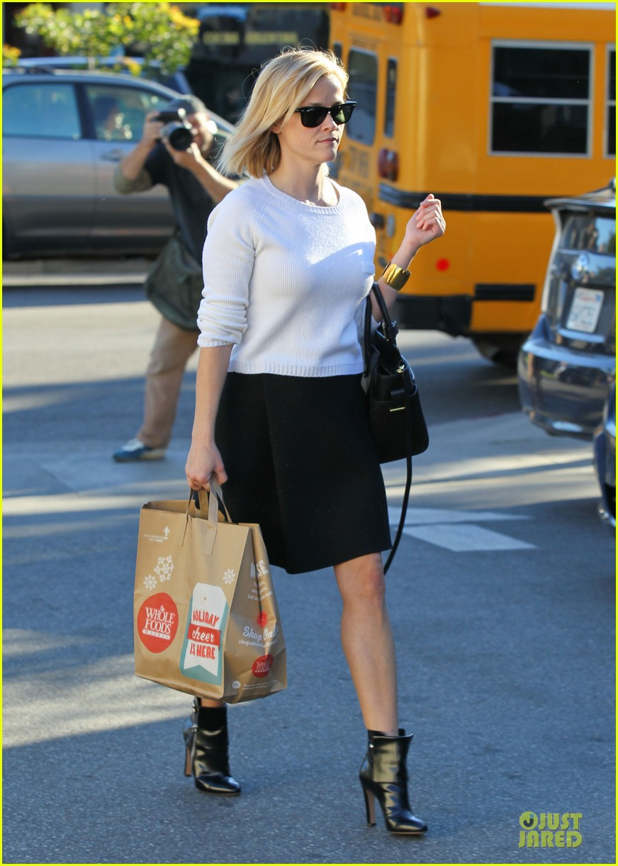 reese witherspoon grocery run after morning workout 183010372
