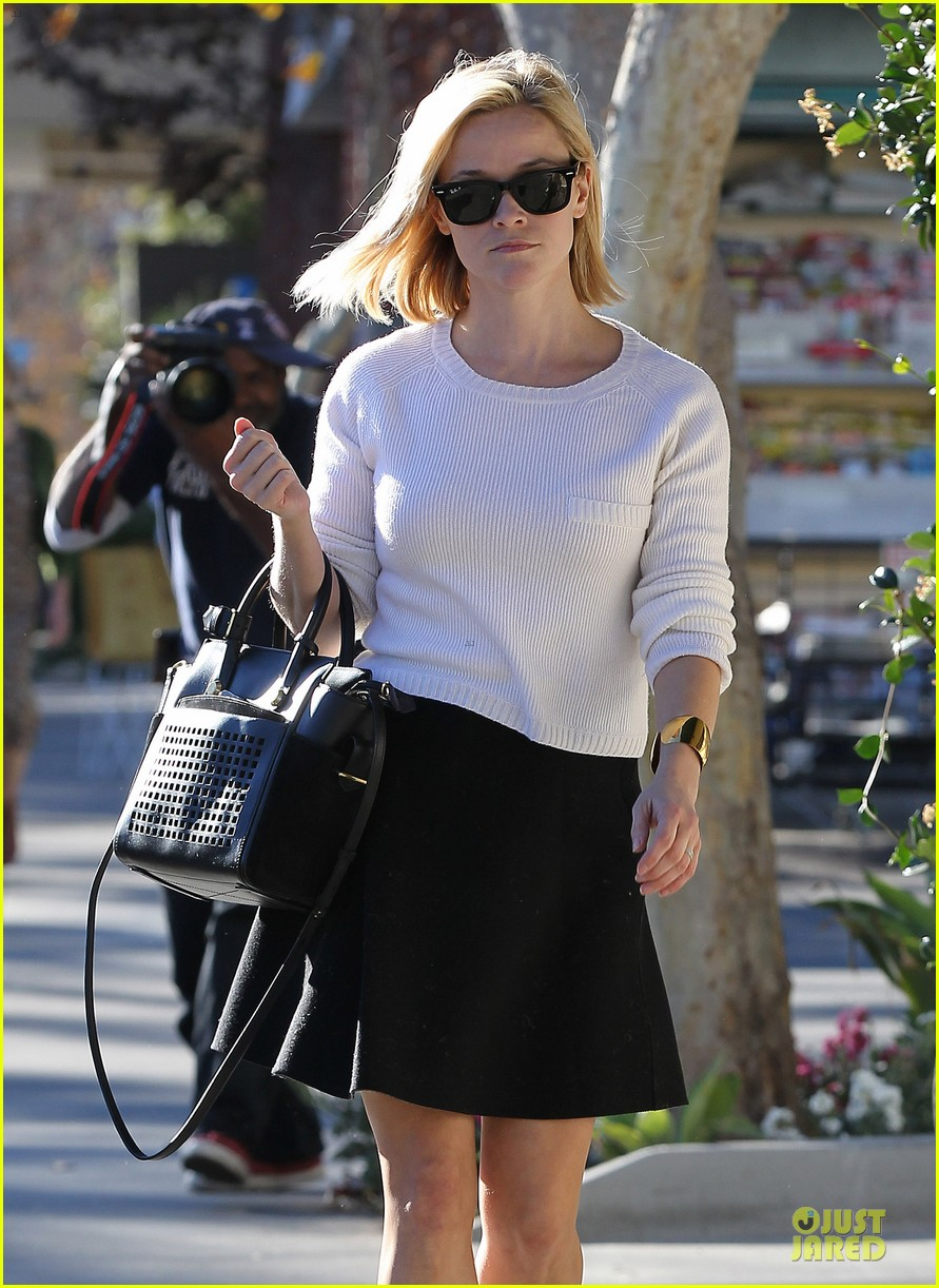 reese witherspoon grocery run after morning workout 19