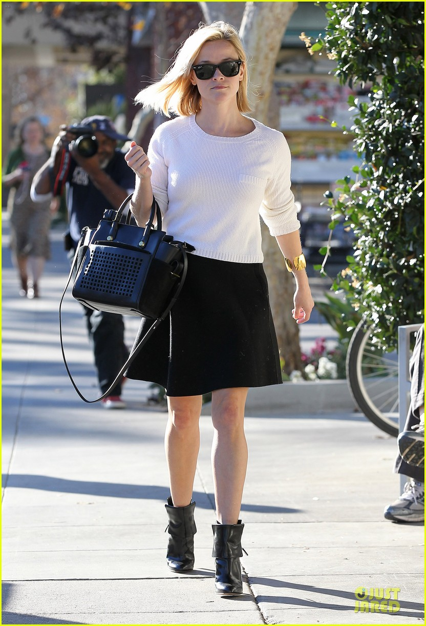 reese witherspoon grocery run after morning workout 203010374