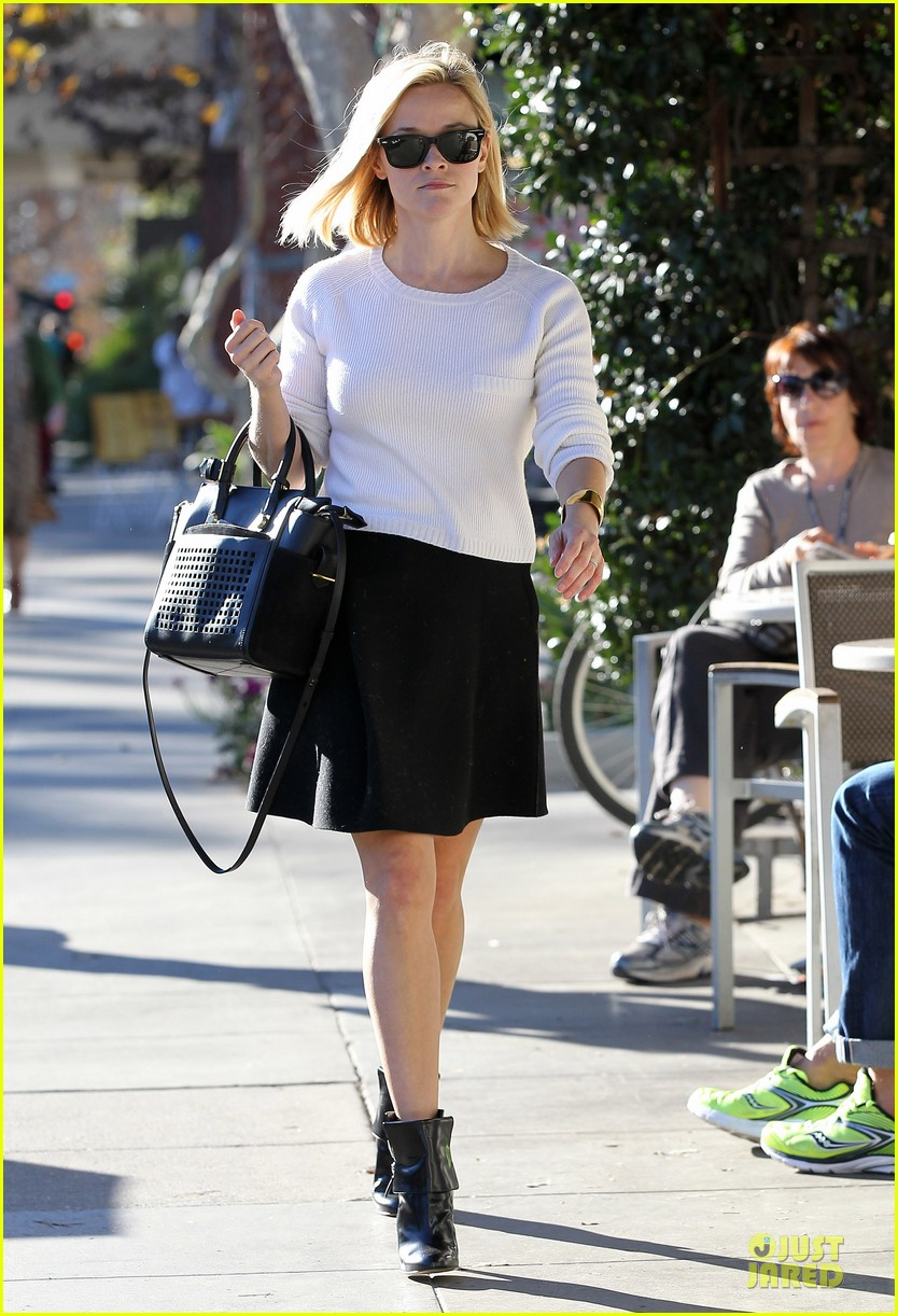reese witherspoon grocery run after morning workout 223010376