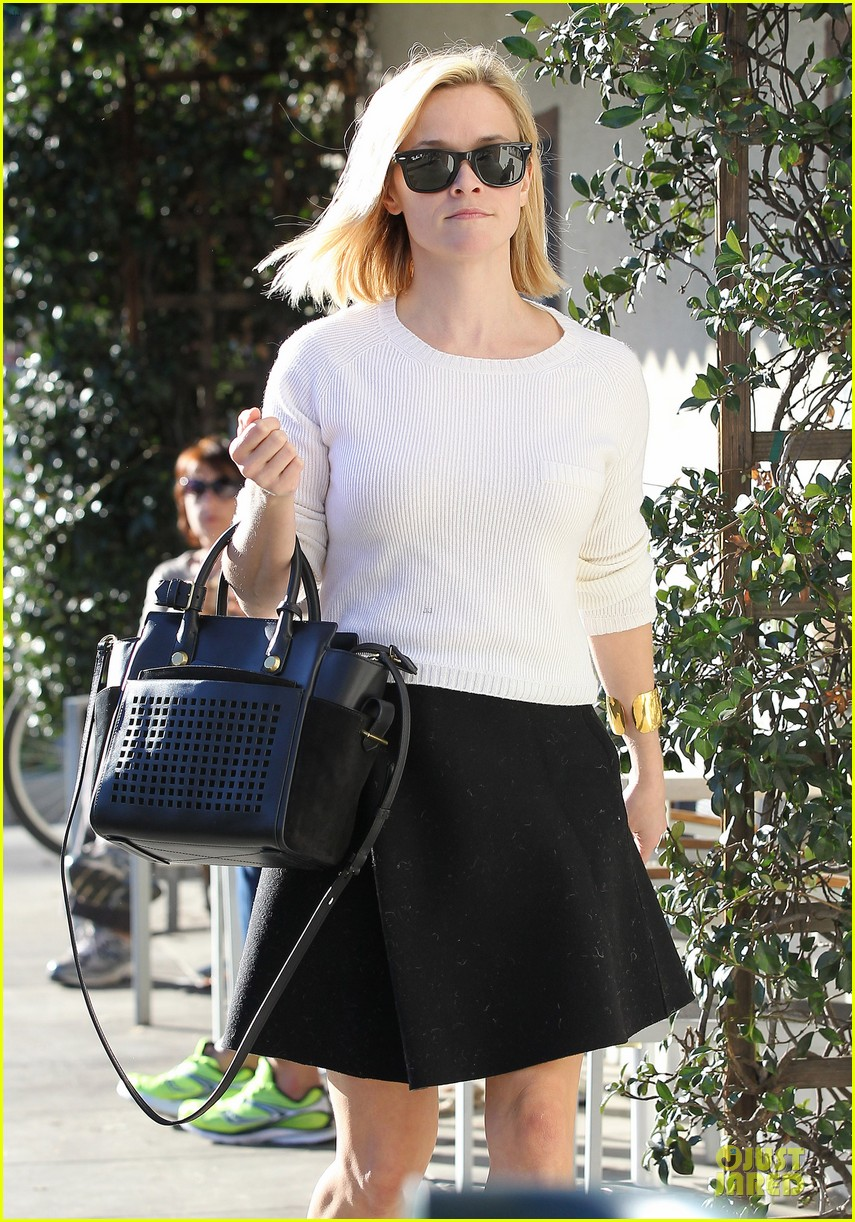 reese witherspoon grocery run after morning workout 233010377