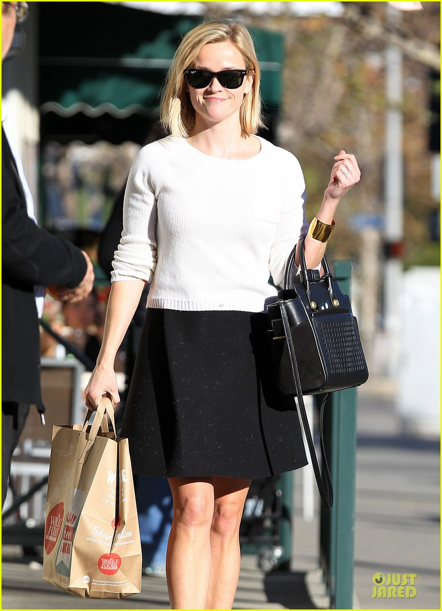 reese witherspoon grocery run after morning workout 243010378