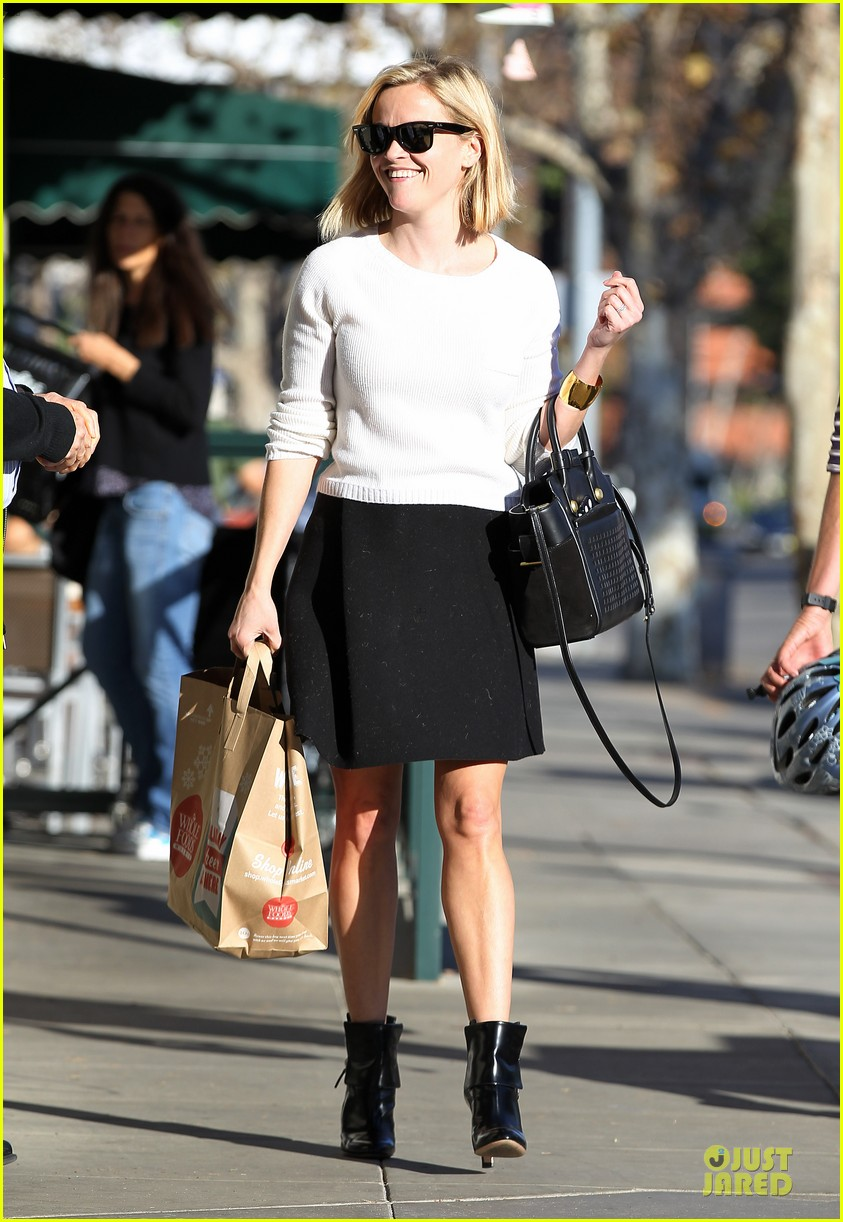 reese witherspoon grocery run after morning workout 25
