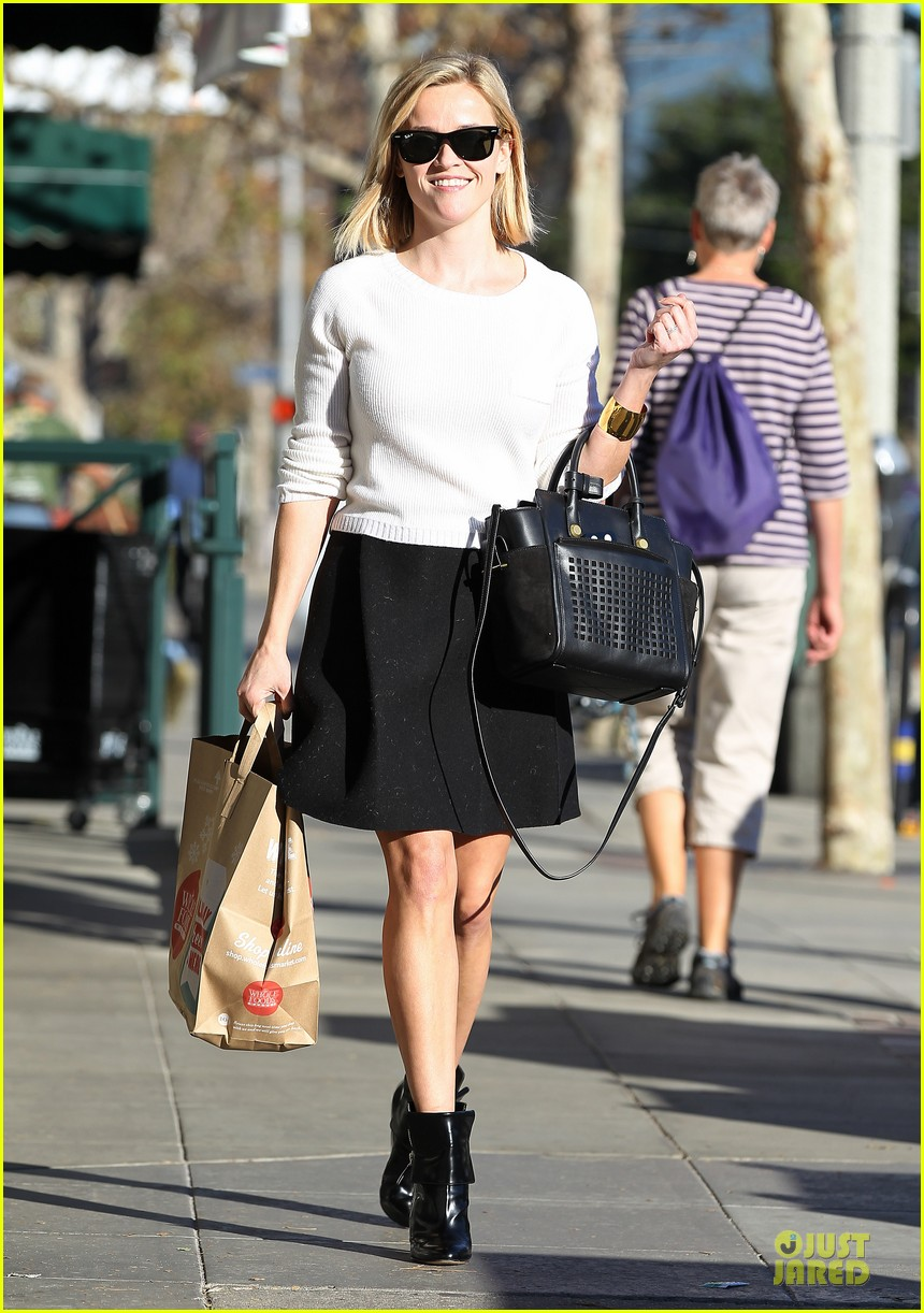 reese witherspoon grocery run after morning workout 263010380