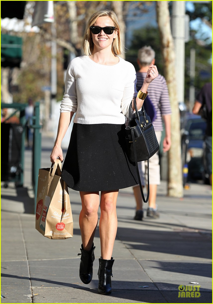 reese witherspoon grocery run after morning workout 273010381