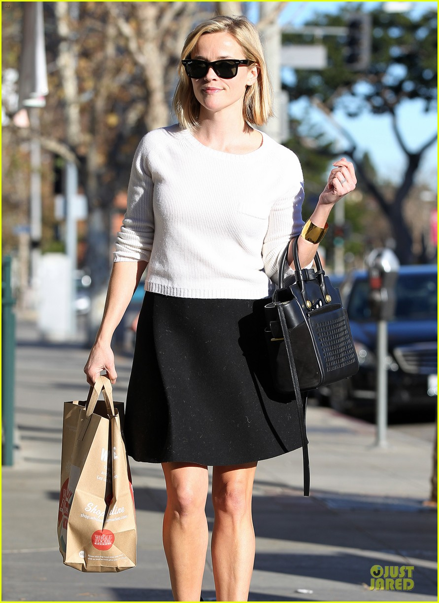 reese witherspoon grocery run after morning workout 293010383
