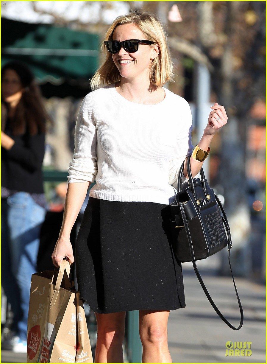 reese witherspoon grocery run after morning workout 303010384