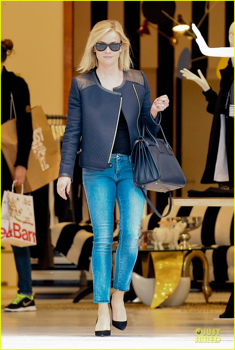 reese witherspoon club monaco shopping after workout 013004451