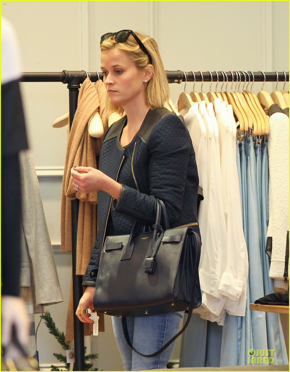 reese witherspoon club monaco shopping after workout 023004452