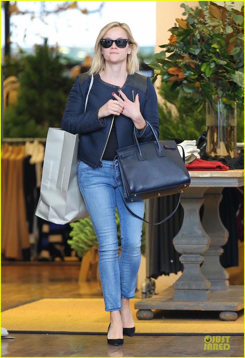 reese witherspoon club monaco shopping after workout 033004453