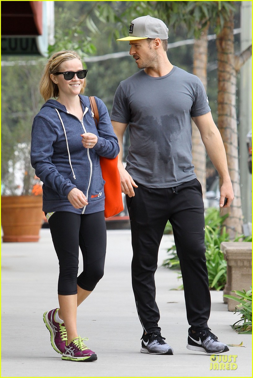 reese witherspoon club monaco shopping after workout 053004455