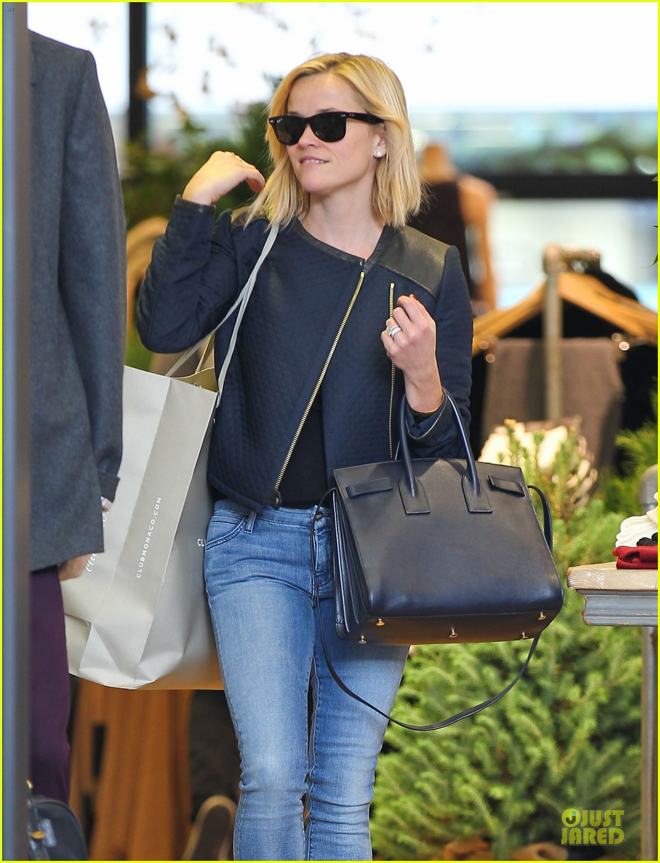 reese witherspoon club monaco shopping after workout 063004456