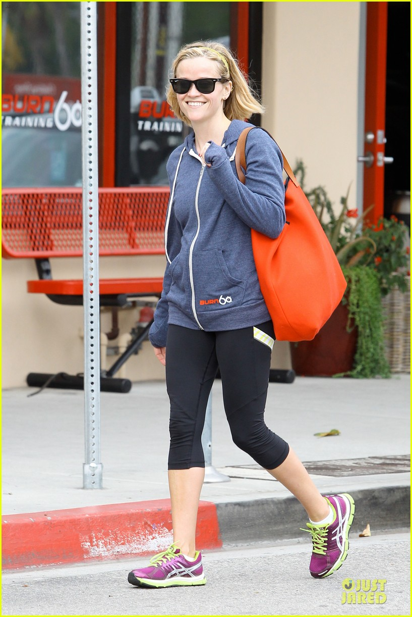 reese witherspoon club monaco shopping after workout 073004457